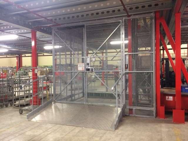 Magazijnlift in distributiecentrum Picnic - vervoer goederenkarren - De Jong's Liften