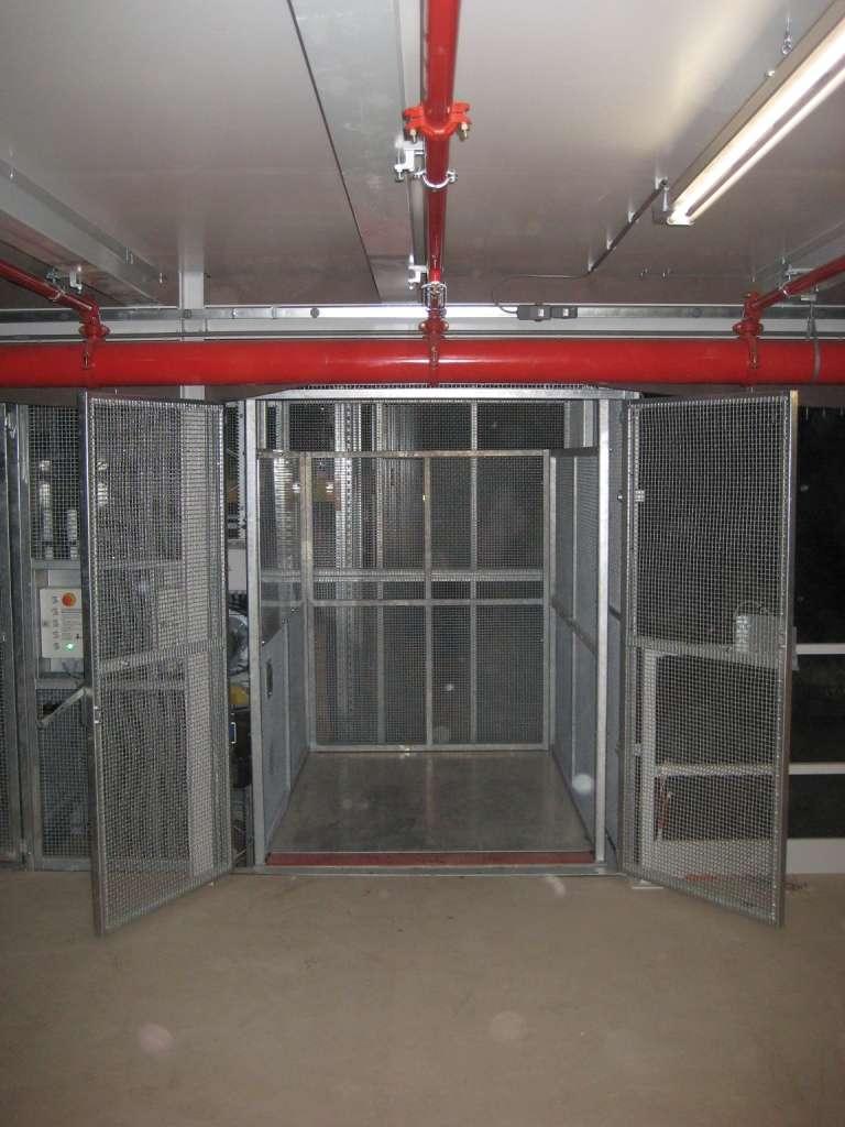 Magazijnlift met blokkeringsklep en lichtschermen bij DocData Nederland - De Jong's Liften
