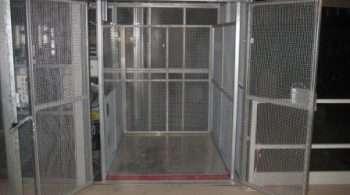 Magazijnlift met blokkeringsklep bij DocData Nederland - De Jong's Liften