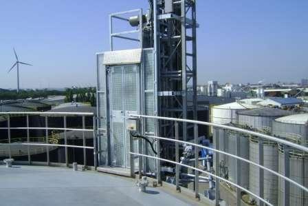 Industriële lift PE Serie bij Koole tank storage Amsterdam - De Jong's Liften