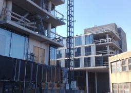bouwlift AT1250 - vervoer goederen op bouwproject - De Jong's Liften