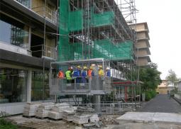 Veilig vervoer van personen en goederen op bouwproject met personen-goederenlift PT2000A - De Jong's Liften