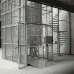 Magazijnlift met laad- en loskleppen in distributiecentrum - De Jong's Liften